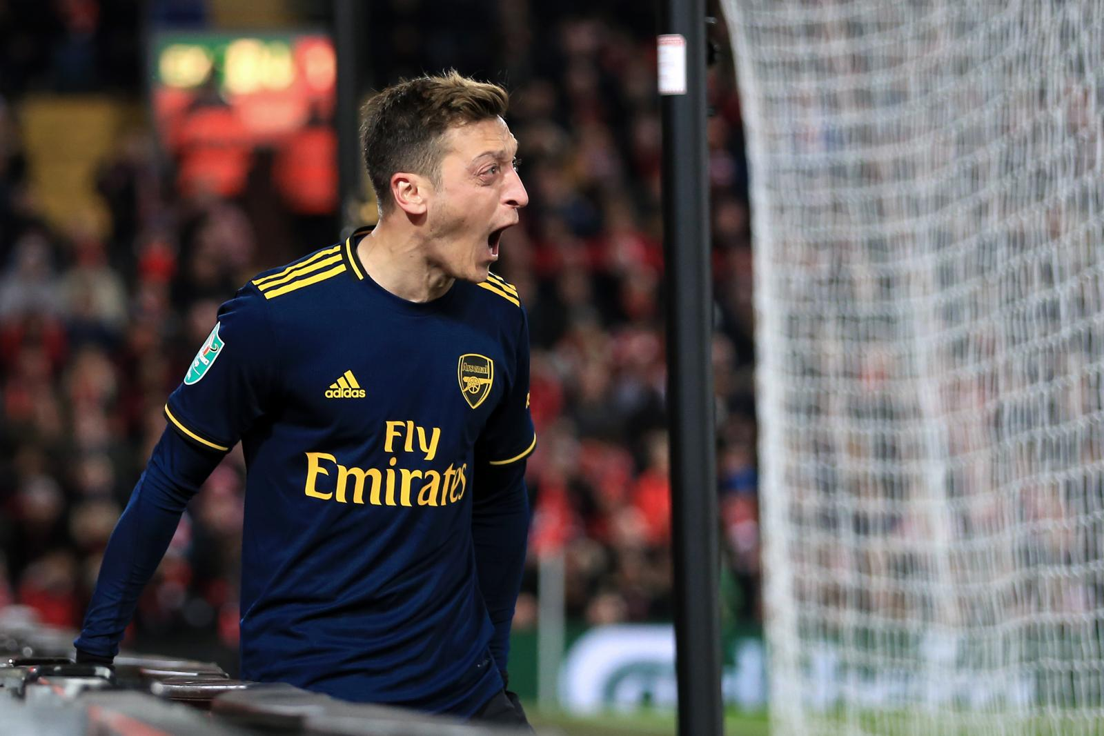 Ozil: Fenerbache set to sign Arsenal midfielder according to reports from Turkey